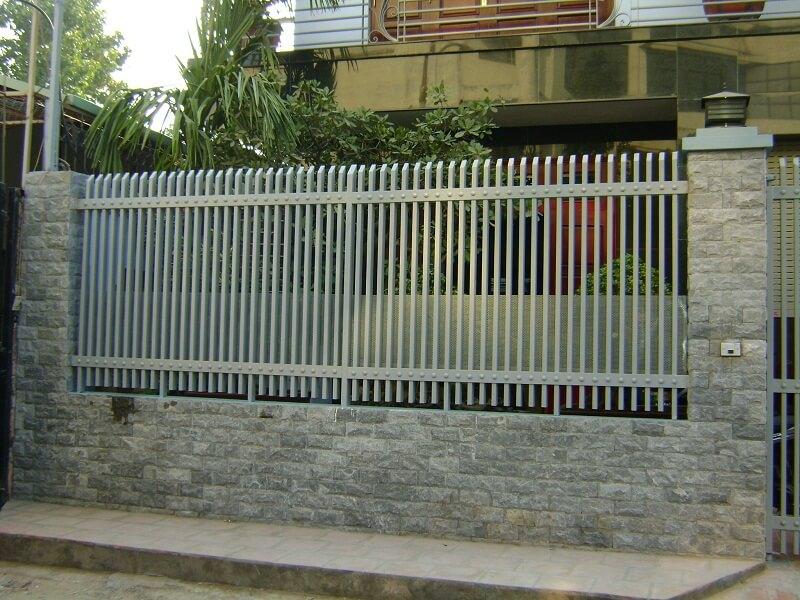 Hàng rào sắt chân đế tường đá ong tại Quảng Ngãi