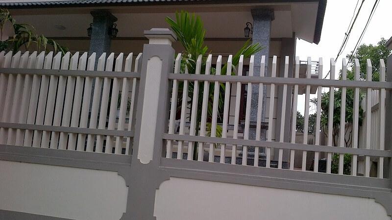 Mẫu hàng rào sắt vát cạnh thoáng đãng mang đến sự thoải mái trong ánh nhìn