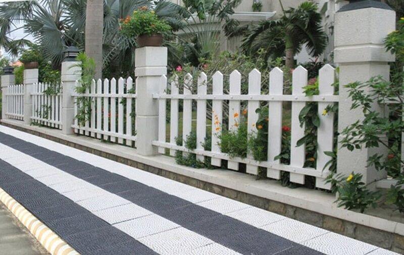 Hàng rào gỗ đơn giản cách điệu bao quanh khu nghỉ dưỡng