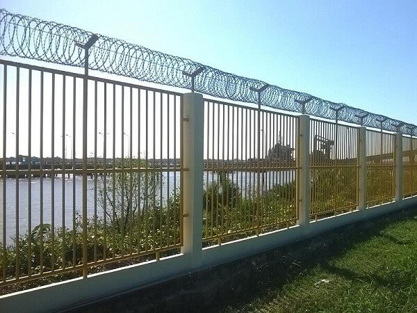 Hàng rào sắt dây thép gai an toàn