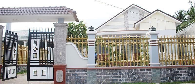 Mẫu rào tường gạch kết hợp các thanh sắt đầu nhọn
