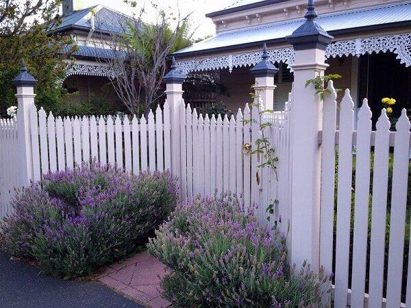 Hàng rào gỗ với những khóm hoa tạo sự tao nhã tuyệt vời