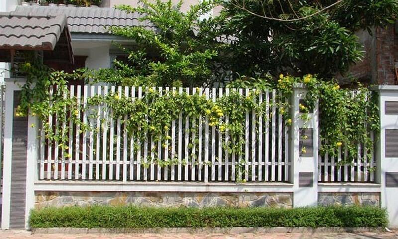 Mẫu hàng rào sắt song ngang màu trắng dành cho biệt thự sang trọng