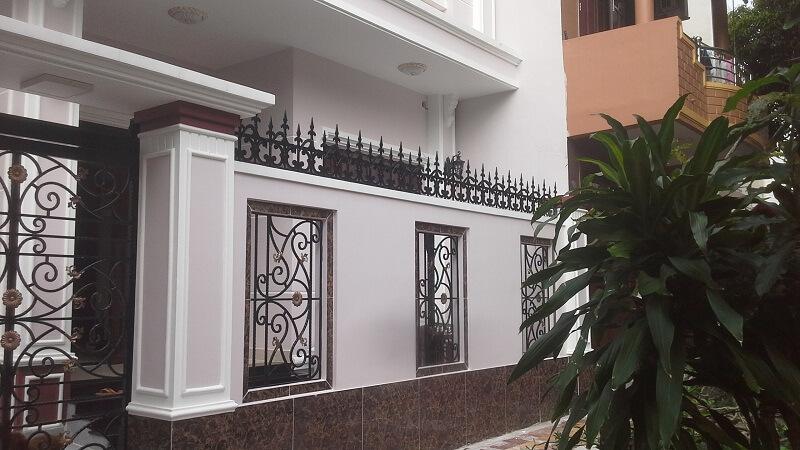 Mẫu hàng rào sắt kết hợp bê tông kín đáo cho nhà phố