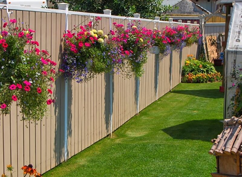 Hàng rào gỗ thiết kế kín đáo an toàn nhưng vẫn không bị quá bí