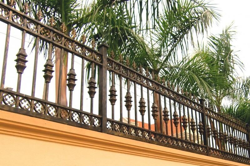 Hàng rào sắt cao được đặt trên nền tường bê tông rất an toàn