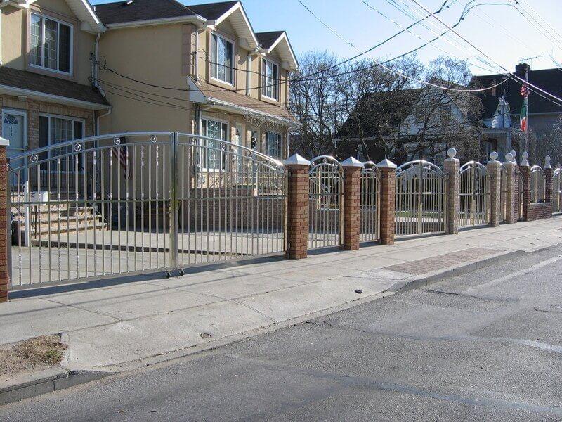 Hàng rào kết hợp cổng inox và tường trụ ốp gạch