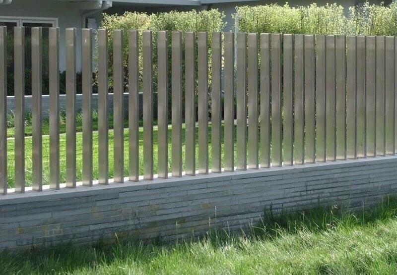Khối hộp inox tạo nên bộ hàng rào đơn giản nhưng lạ mắt