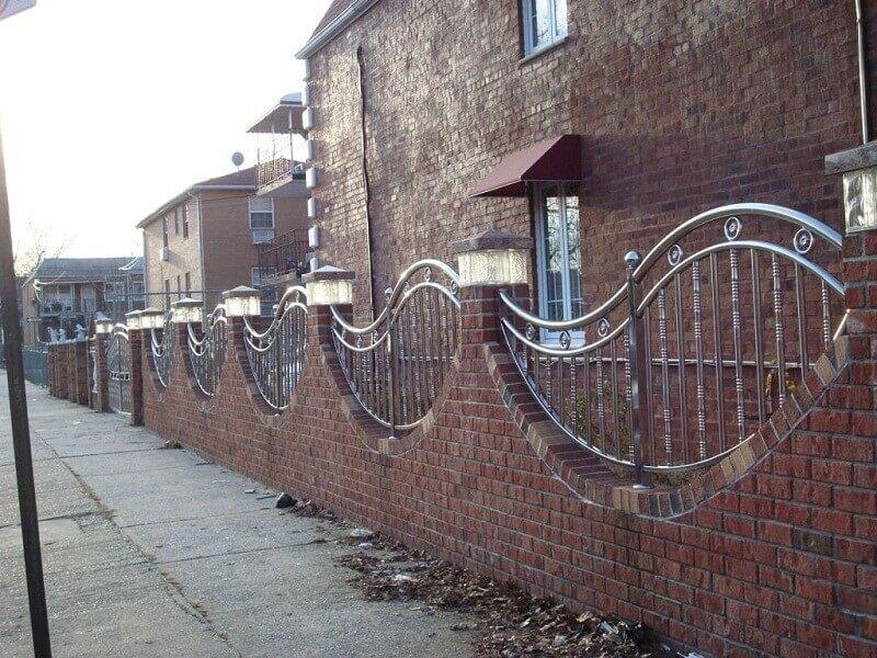 Hàng rào inox mỹ thuật kết hợp tường gạch đẹp mắt