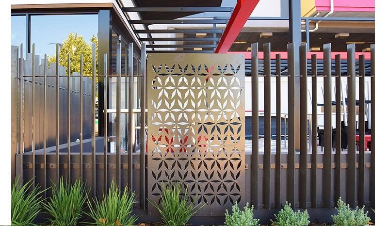 Mẫu hàng rào thanh song song kết hợp tấm inox mỹ thuật