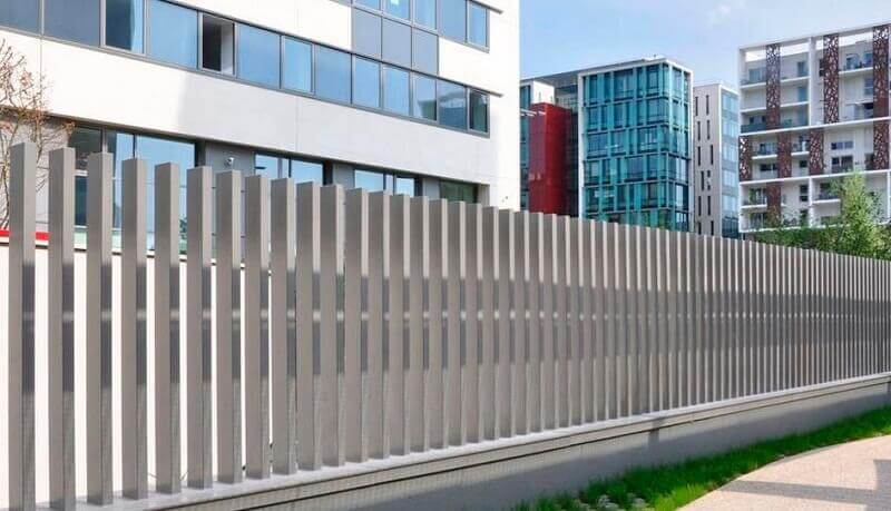 Hàng rào inox chung quanh các tòa nhà cao tầng