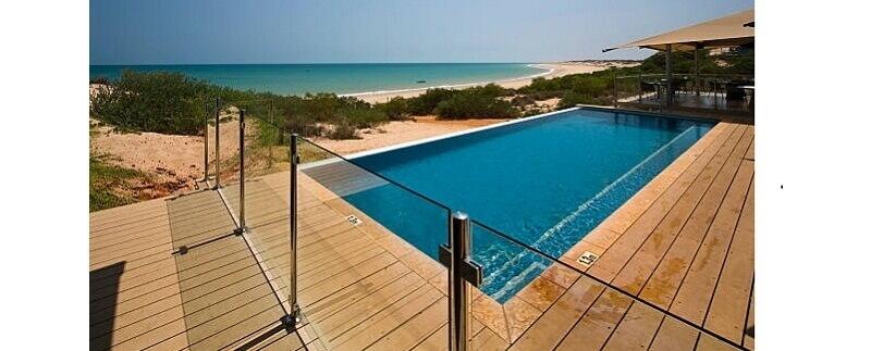 Mẫu rào inox kết hợp kính cường lực cho bể bơi