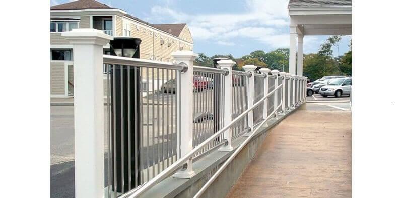 Hàng rào inox vững chắc với các chân trụ bê tông