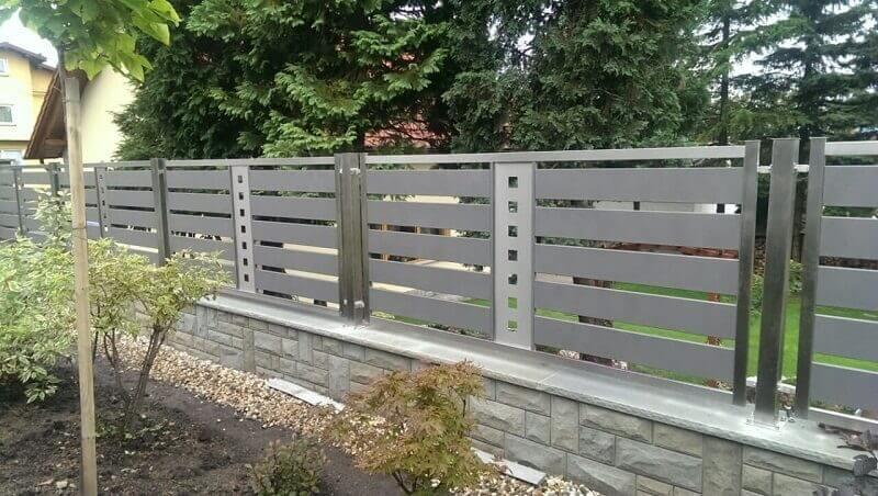 Hàng rào inox với các thanh chắn ngang dẹp