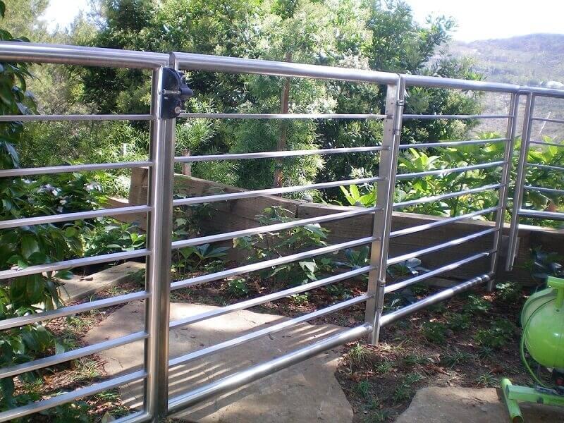Hàng rào quanh vườn đơn giản