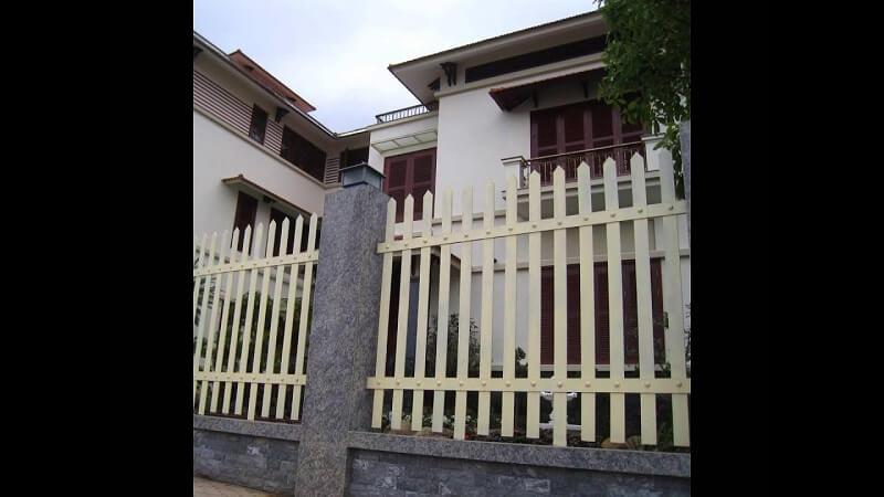 Hàng rào sắt hộp đơn giản và tiết kiệm chi phí