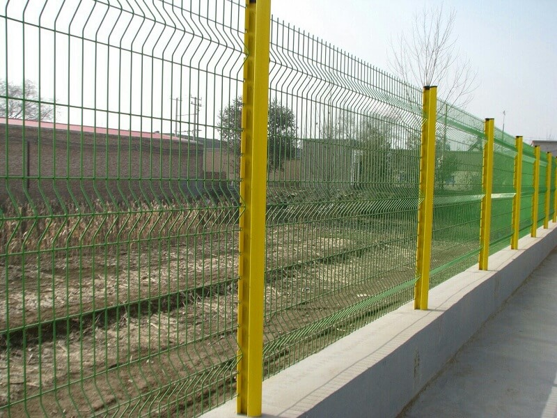 Hàng rào cao phù hợp với khuôn viên nhà vườn