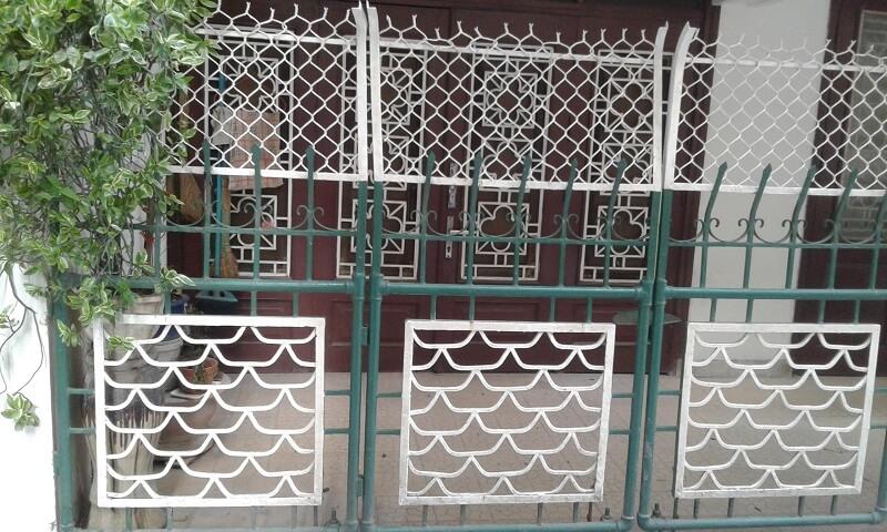 Hàng rào sắt kết hợp lưới thép bao phía trên