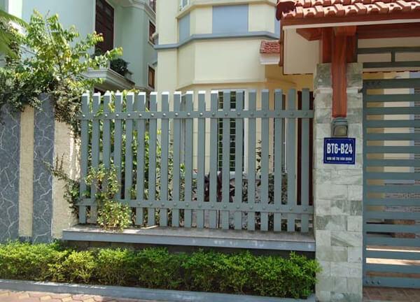 Mẫu hàng rào sắt đơn giản nhưng chắc chắn