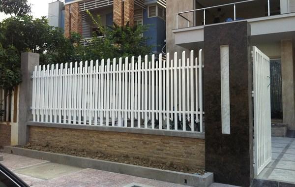 Mẫu hàng rào sắt so le thanh dài ngắn rất đẹp