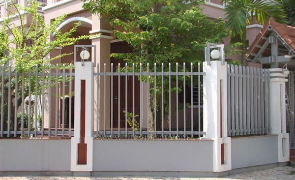Mẫu hàng rào sắt kết hợp trang trí bóng đèn