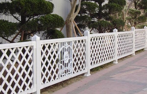 Mẫu hàng rào sắt hộp màu trắng sang trọng
