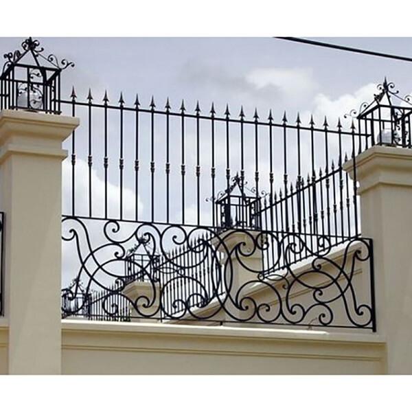 Hàng rào sắt bao quanh nhà cao để bảo vệ
