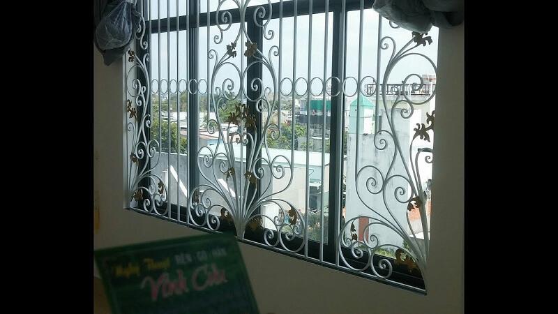 Mẫu khung bảo vệ cửa sổ lớn thiết kế hoa văn đặc sắc