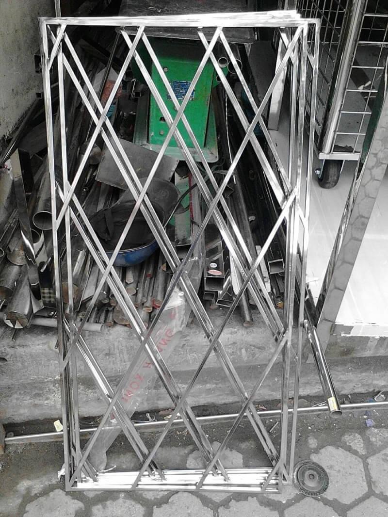 Mẫu khung bảo vệ cửa sổ đan chéo ca rô lớn