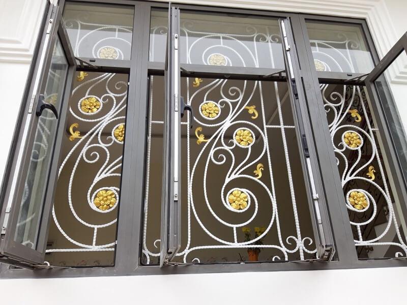 Khung bảo vệ cửa sổ bằng sắt họa tiết hoa màu vàng sang trọng