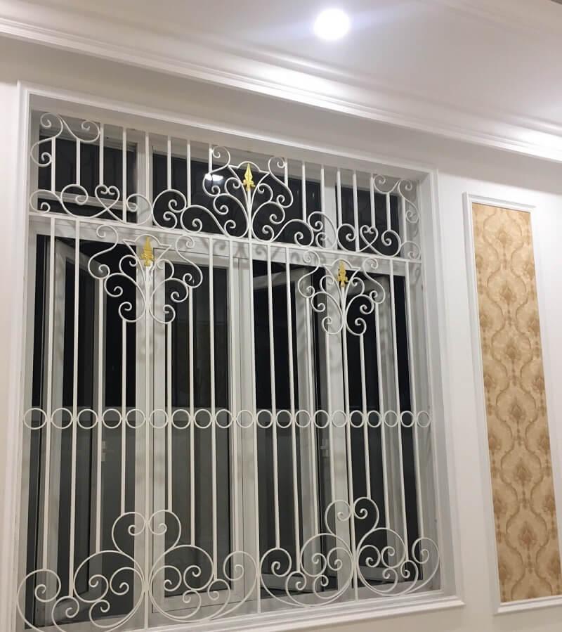 Mẫu khung bảo vệ cửa sổ sắt hoa văn trên và dưới