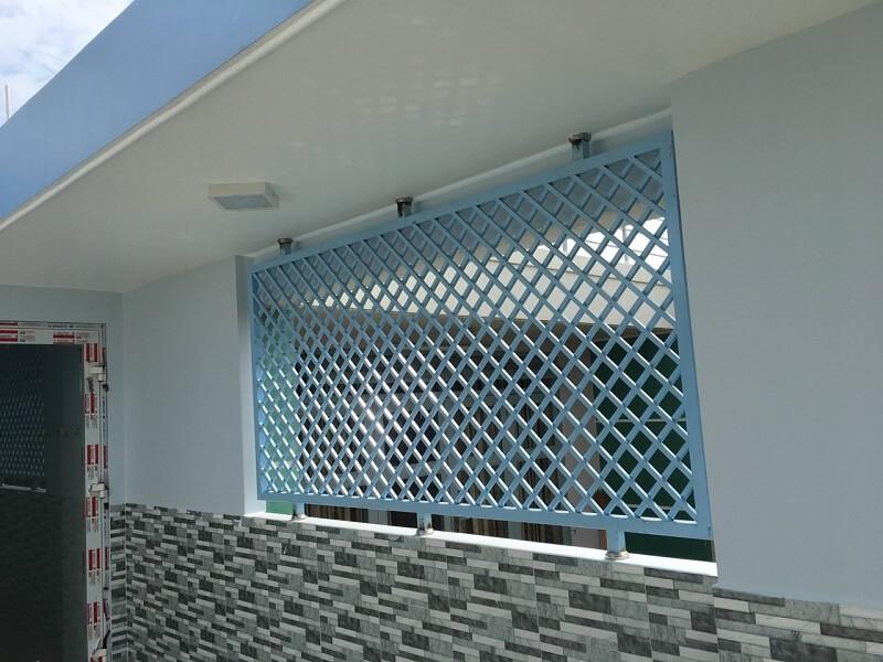 Mẫu khung bảo vệ cửa sổ sắt hình caro màu xanh