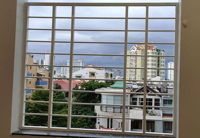 Mẫu khung bảo vệ cửa sổ sắ đơn giản trên tầng cao