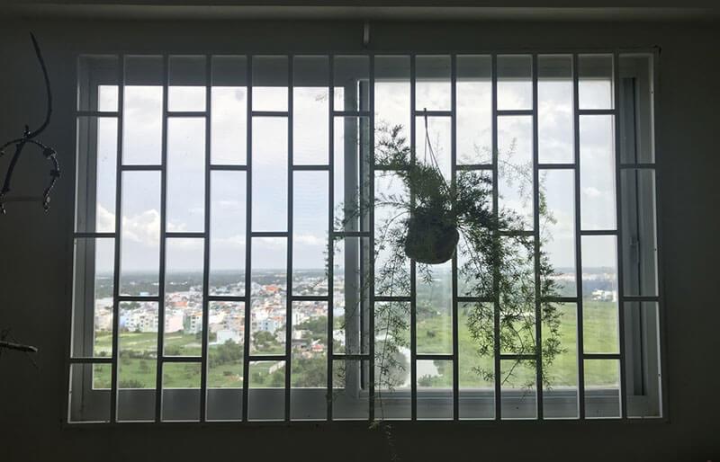 Mẫu khung bảo vệ cửa sổ sắt dùng treo giỏ hoa