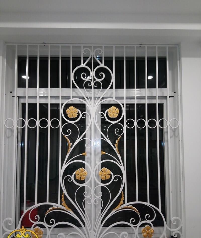 Mẫu khung bảo vệ cửa sổ sắt uốn luợn họa tiết bông hoa vàng