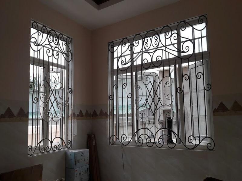 Mẫu khung bảo vệ cửa sổ sắt cho cửa sổ lớn và nhỏ gần nhau