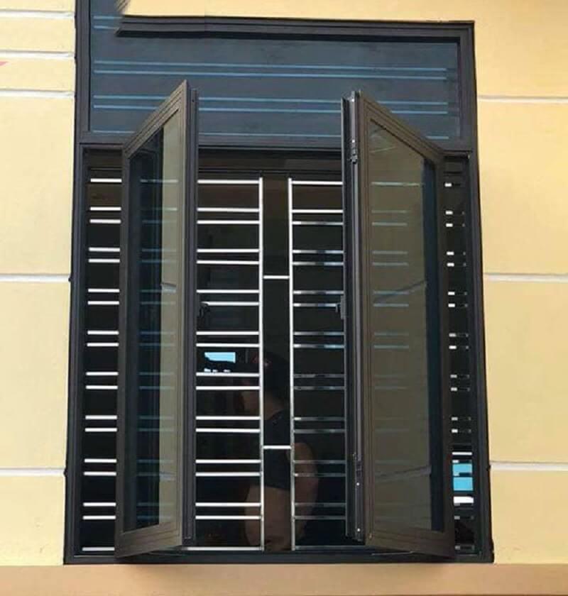 Mẫu khung cửa sổ bằng inox hai cánh màu đen sang trọng