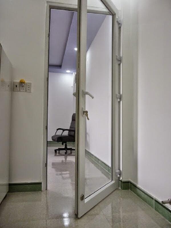 Cửa nhôm kính VFP màu trắng cho văn phòng hiện đại