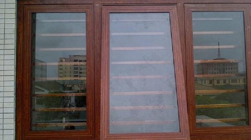 Mẫu khung bảo vệ cửa sổ gỗ kính lùa đẹp 2020