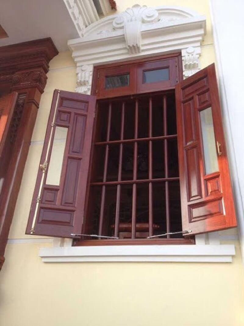 Mẫu khung bảo vệ cửa sổ gỗ hai cánh chắc chắn