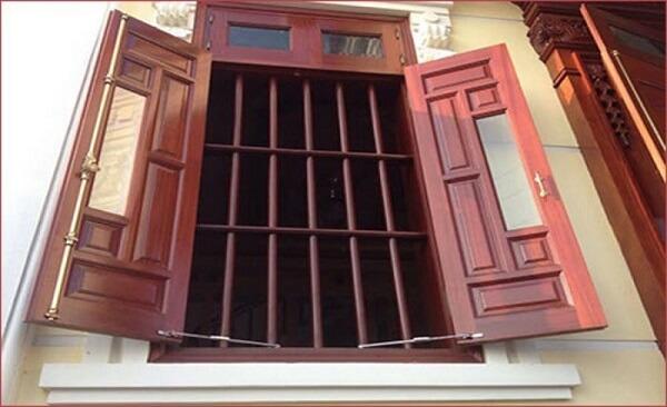 Mẫu khung bảo vệ cửa sổ gỗ đơn giản hai cánh 2020