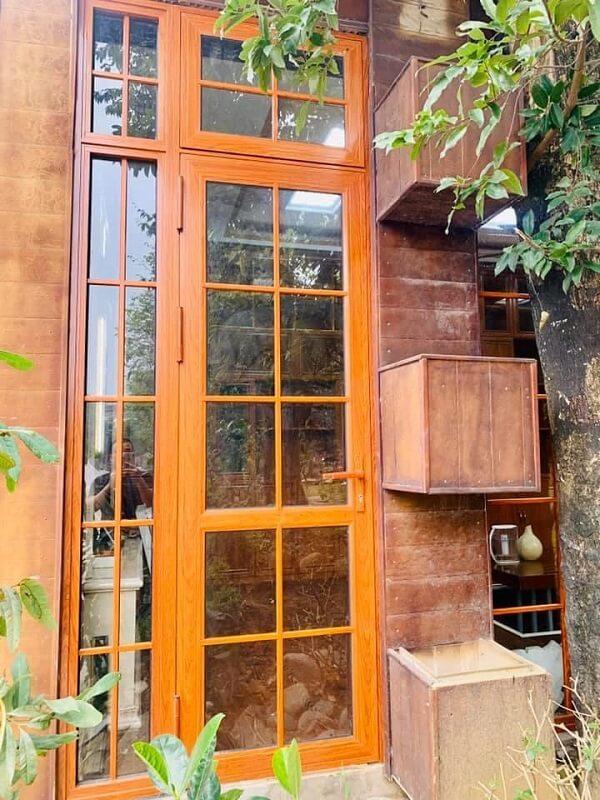 Cửa nhôm giả gỗ đẹp, hiện đại
