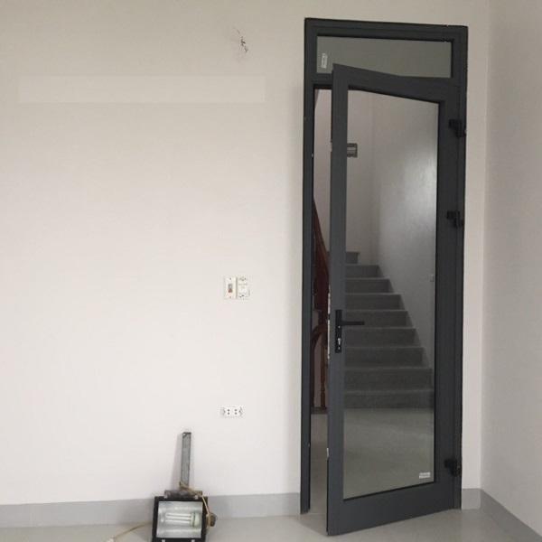 Mẫu cửa nhôm kính 1 cánh mở xoay đẹp cho phòng ngủ