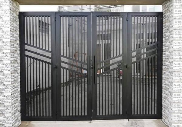 Cổng sắt 4 cánh sơn màu đen
