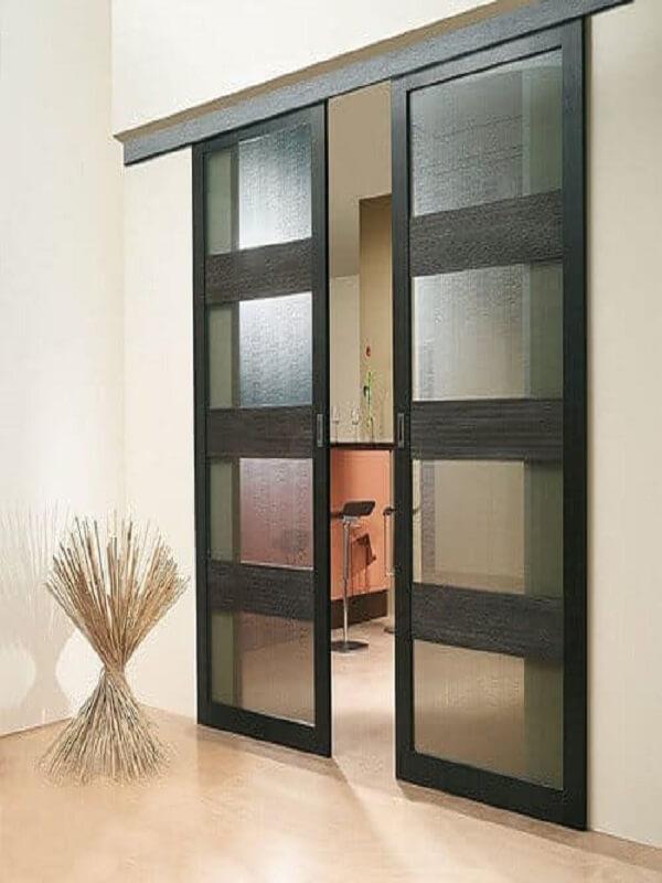 Mẫu cửa lùa hai cánh màu đen dễ dàng phù hợp với các tông màu nội thất khác nhau. Màu đen là màu cơ bản và được nhiều người lựa chọn vì ưu điểm dễ dàng vệ sinh và màu sắc nhã nhặn