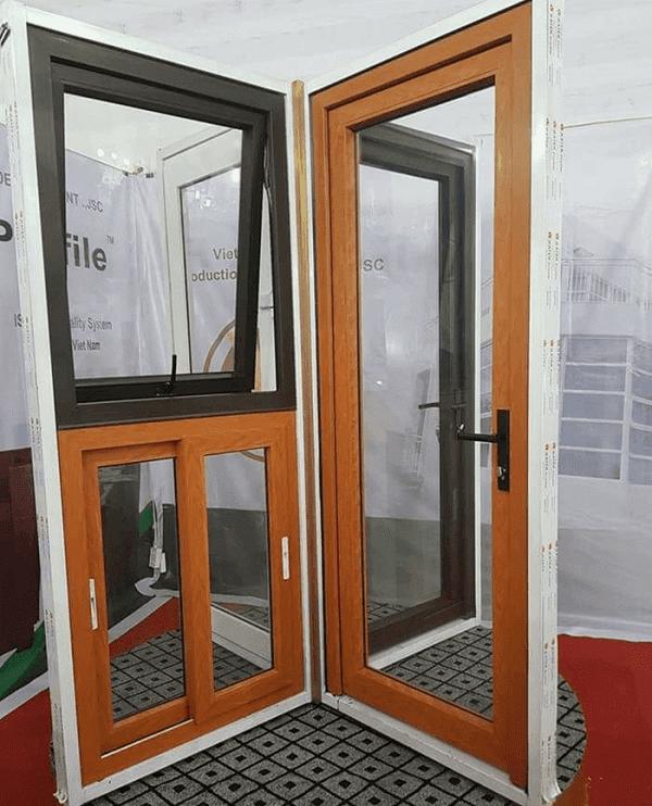 Cửa nhôm giả gỗ còn được thiết kế cả bộ gồm cửa chính, cửa sổ và cửa thông gió giúp ngôi nhà được hài hòa hơn.