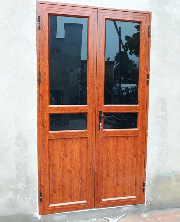 Cửa nhôm 2 cánh giả gỗ cũng được thiết kế với mẫu mã vô cùng đa dạng từ các gam màu trầm ấm đến các gam màu tươi sáng với các vân gỗ như gỗ thật