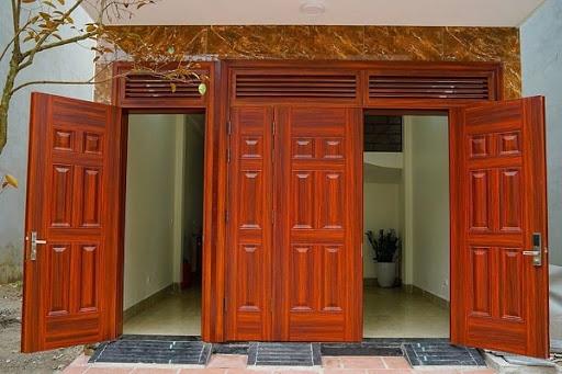 Các mẫu cửa 4 cánh nhôm giả gỗ tạo cảm giác rộng rãi mát mẻ và kiên cố cho ngôi nhà nên thường được lựa chọn cho những mẫu nhà có không gian rộng lớn