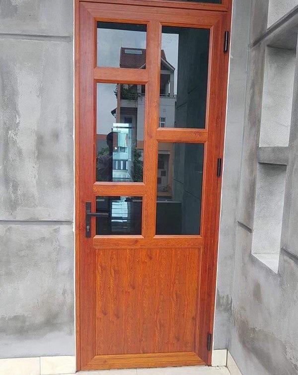 Mẫu cửa 1 cánh giả gỗ phần kính chia nhiều ô tạo cảm giác thoáng đãng, phần kính của cửa vô cùng chắc chắn và kiên cố