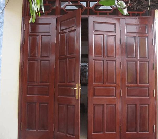 Tuy nhiên các ngôi nhà nhỏ hơn vẫn có thể lựa chọn các mẫu cửa 4 cánh nhưng với kiểu dáng mà mẫu mã phù hợp với diện tích của ngôi nhà hơn.